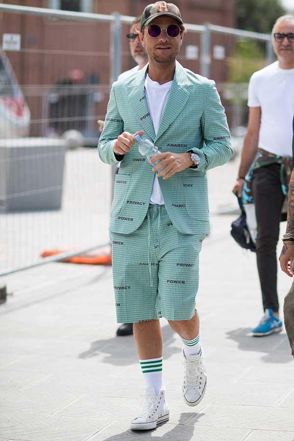 カーキキャップ×グリーンチェックジャケット×ハーフパンツセットアップ×白無地Tシャツ×オールスター白