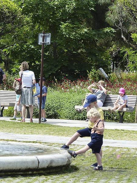 deux enfants autour de la fontaine