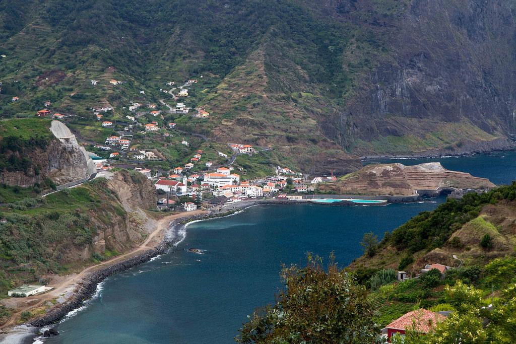 Мадейра. Пляж и бассейн в Porto da Cruz.