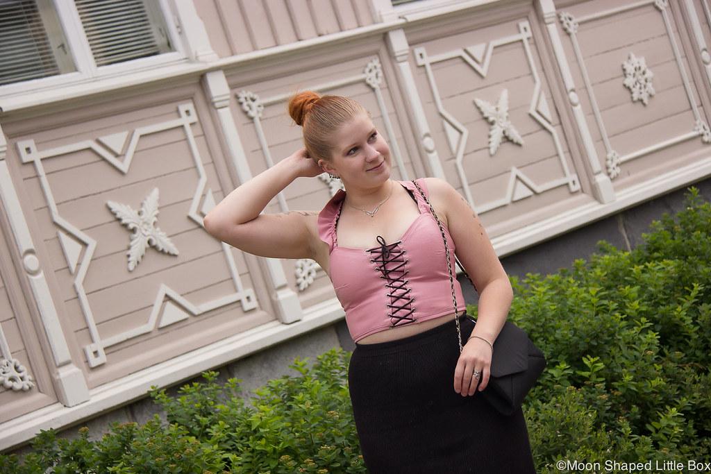 outfit, nahkatoppi, röyhelöolkaimet, vaaleanpunainen nahkatoppi, kotimainen toppi