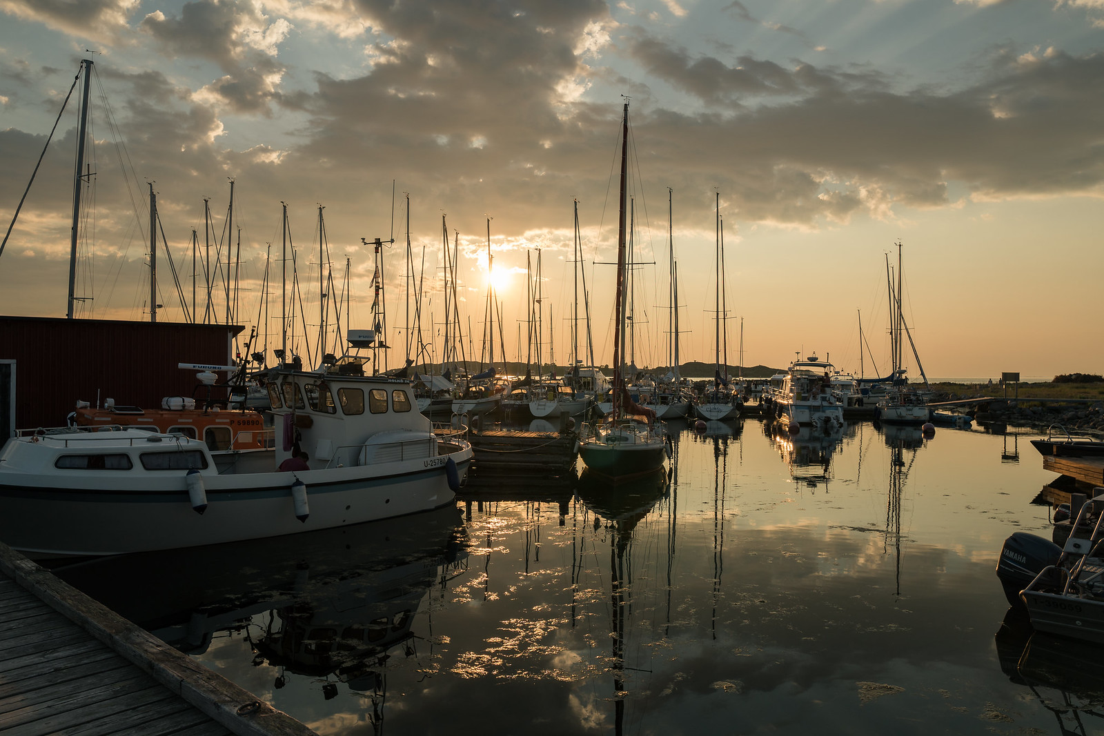 Jurmon satama ilta-auringossa