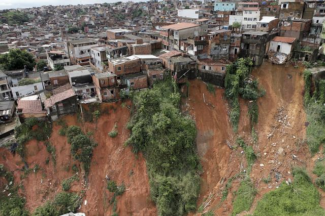 Deslizamento de terra em Salvador (BA), em 2015; cidade tem maior contingente de pessoas em área de risco, com  - Créditos: Arquivo/Divulgação/Manu Dias/Governo da Bahia