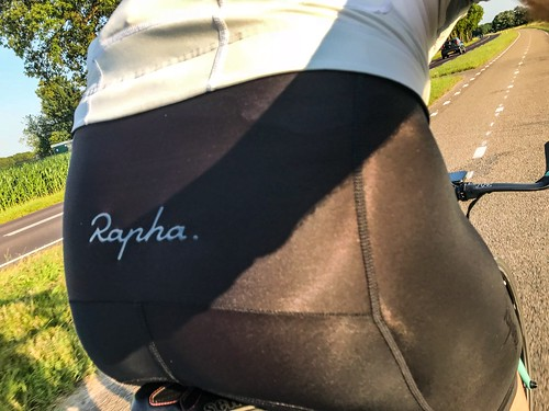 A 92km ride today visiting Zevenhuizen for the WielerrondeZevenhuizen. WielerrondeZevenhuizen. Had to disappoint a little boy who thought I was a pro and wanted my autograph 😀😎 Also first ride in my new Rapha Core Bib