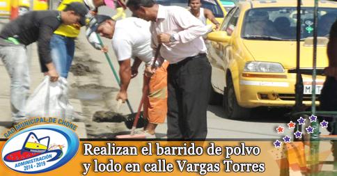 Realizan el barrido de polvo y lodo en calle Vargas Torres