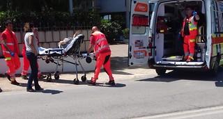 La signora ferita trasportata in ambulanza