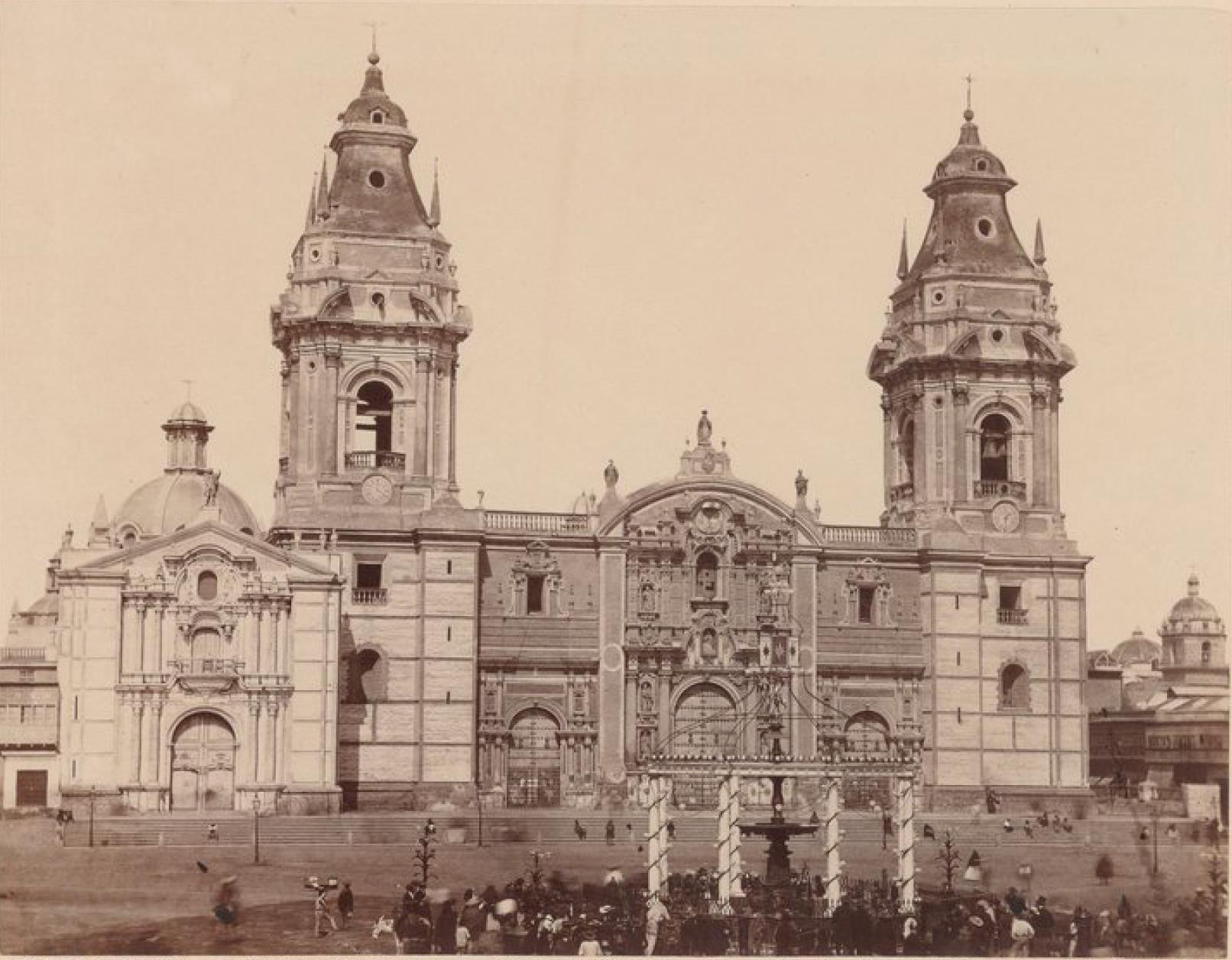 Лима. Собор и украшеный фонтан на площади, 28 июля