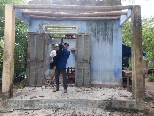 Thanh nien Tam Đại giúp dân làm nhà