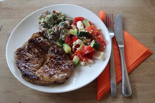 Gegrilltes Schweinenackensteak mit Brokkolisalat sowie Tomaten-Gurken-Feta-Salat