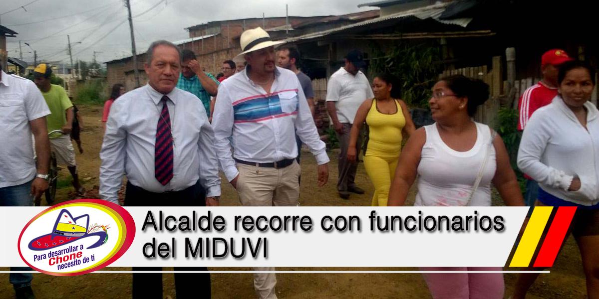 Alcalde recorre con funcionarios del MIDUVI
