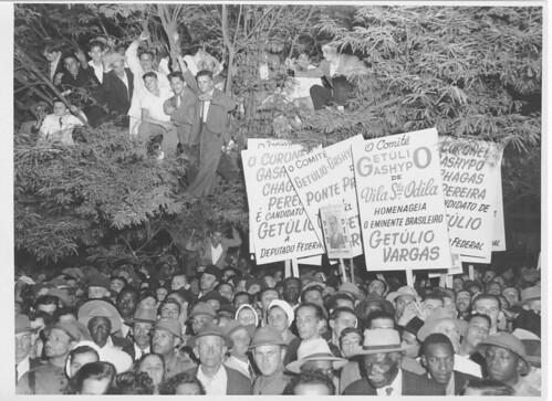 População em árvore durante campanha de Getúlio Vargas