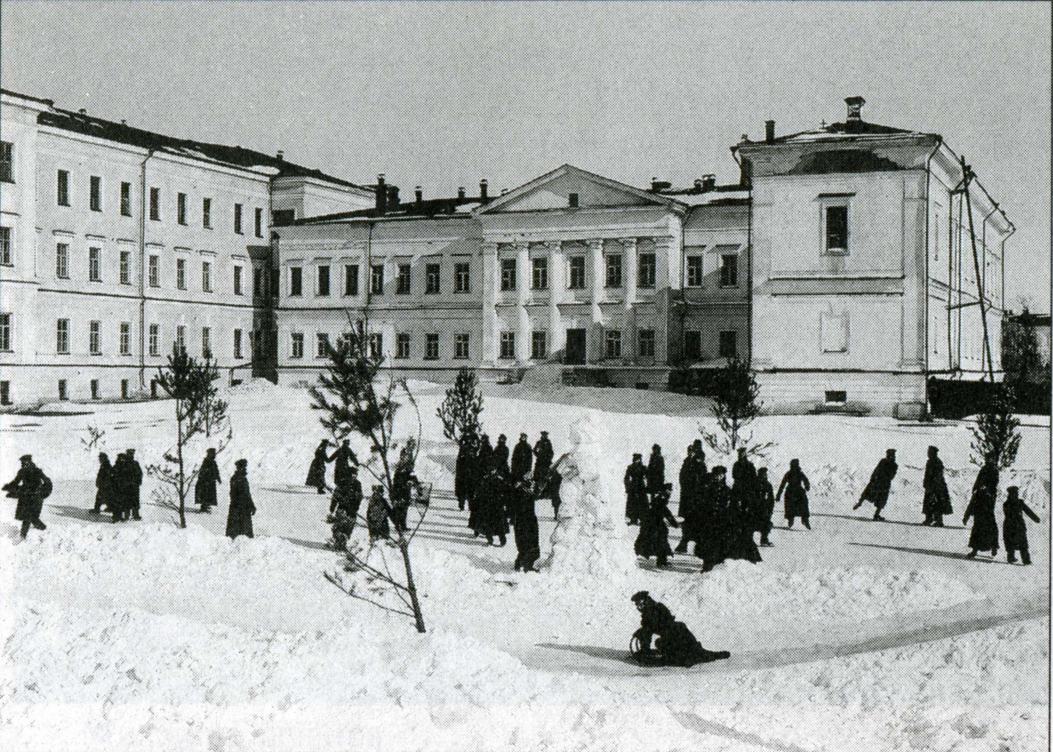 Зимние развлечения во дворе корпуса