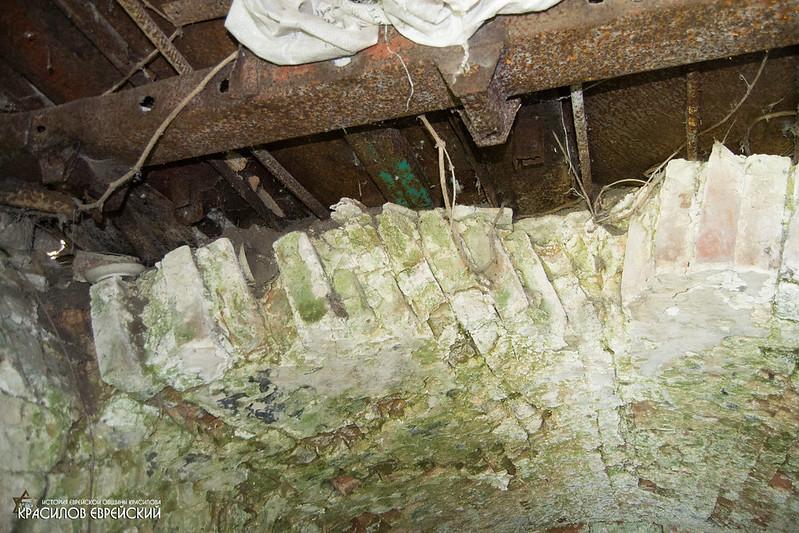 Частина рідної стелі при вході зруйнована - замінена на металічну кришу.