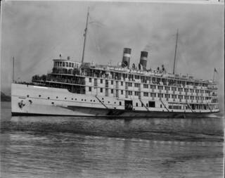 SS Richelieu, the St. Lawrence River and Saguenay River cruise ship of the Canada Steamship Lines / Le S.S. Richelieu, navire de croisière du fleuve Saint-Laurent et de la rivière Saguenay de la Société maritime CSL