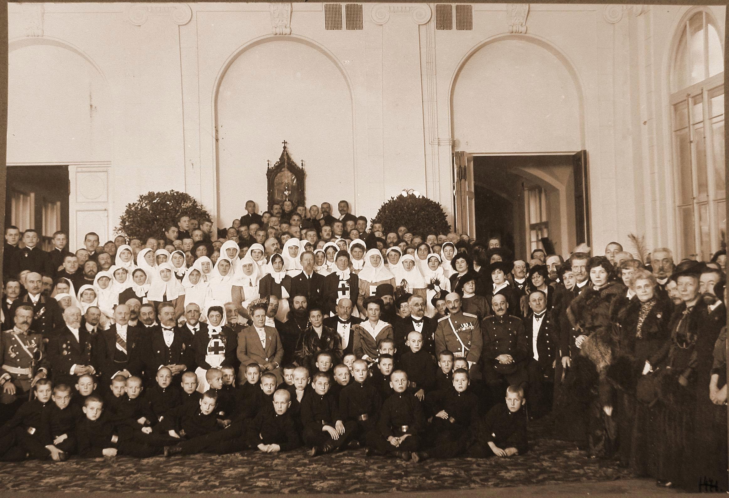 Группа участников церемонии открытия лазарета для служащих Северо-Западной железной дороги. Петроград. 19 октября 1914