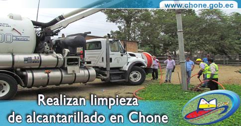 Realizan limpieza de alcantarillado en Chone