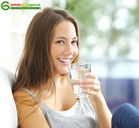 Uống đủ nước mỗi ngày sẽ giúp làm giảm đường huyết