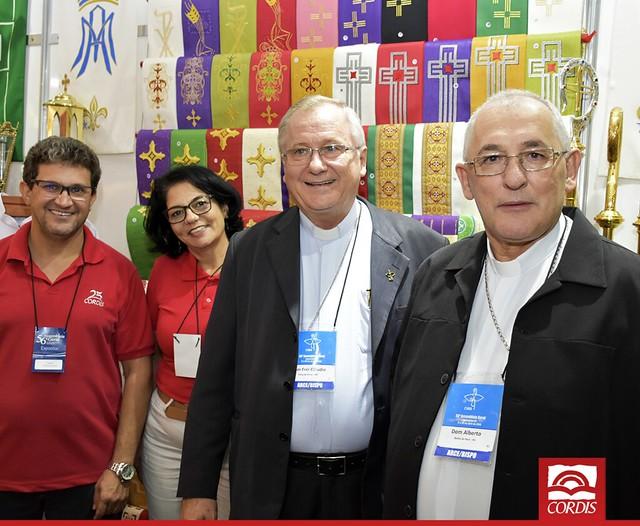 Bispo do Brasil visitam o estande CORDIS na 56ª Assembleia da CNBB