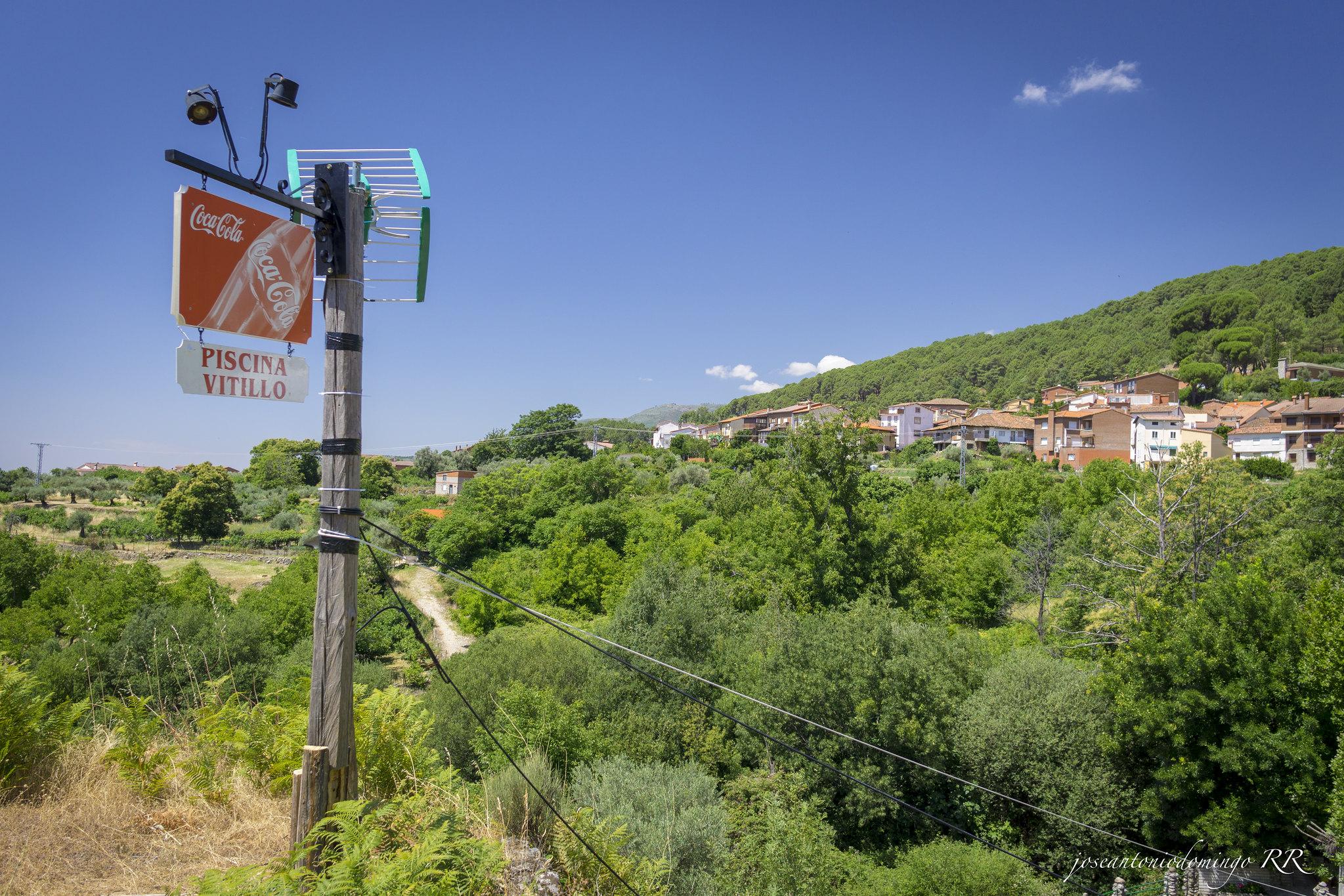 En la AV-P-706, nada más pasar el casco urbano de Villarejo del Valle y en la garganta del Prado de Tablada, se encuentra la piscina natural Vitillo.