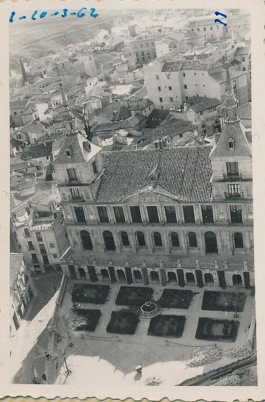 Ayuntamiento desde la catedral en 1962. Fotografía de Julián C.T.