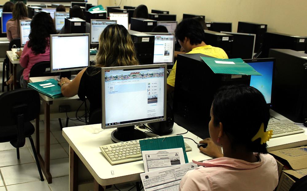 Software da UFPA ajuda prefeitura a regularizar 3 bairros em Barcarena, Estagiários digitam informações cadastrais no SARF