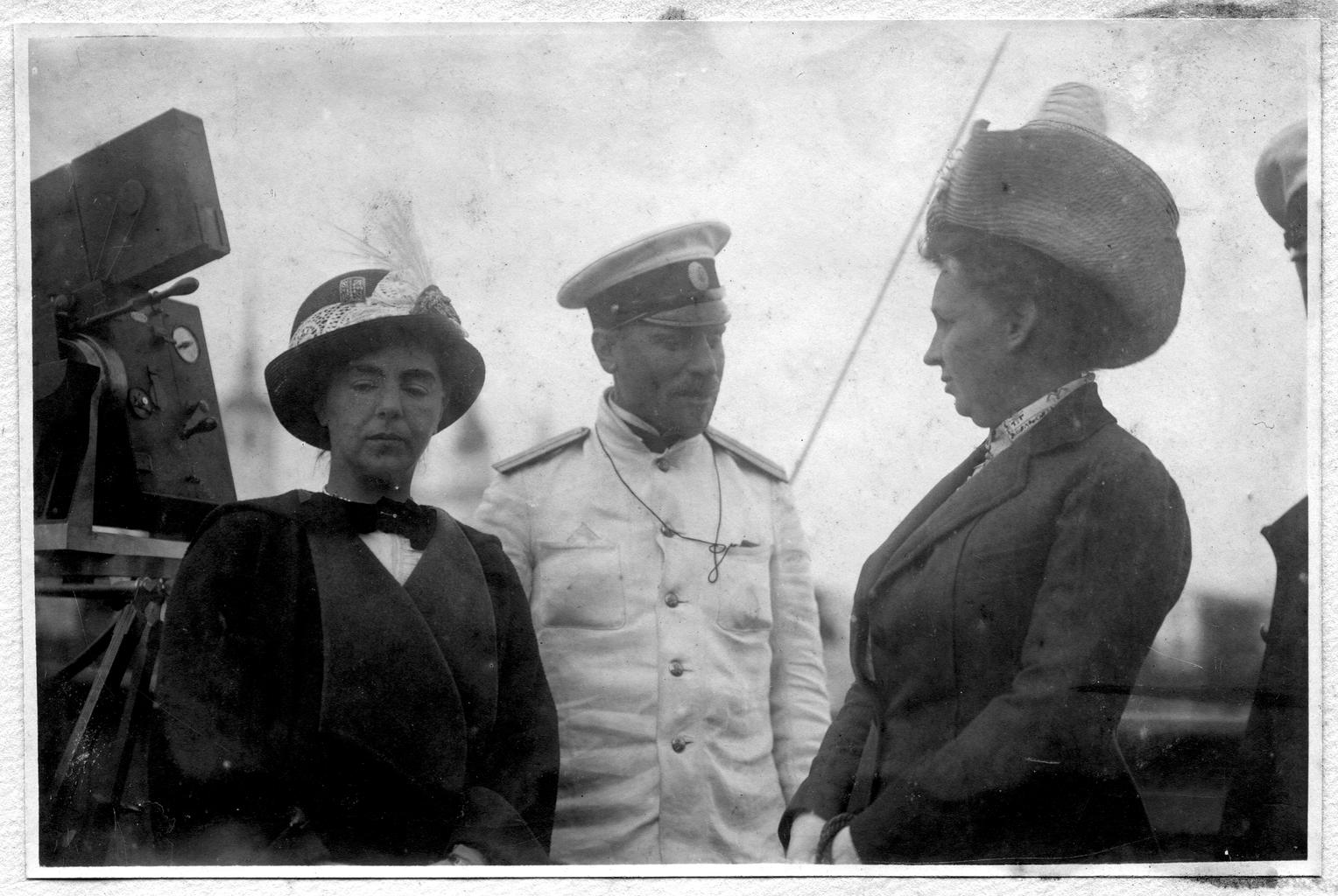 Седов Г. Я. с провожающими на палубе судна