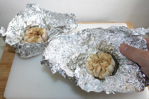 26 - Gerösteten Knoblauch aus Alufolie nehmen / Take roasted garlic from tin foil
