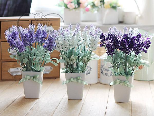 Không nên bày hoa giả trên bàn làm việc vì chúng dễ thu hút những điều phiền phức