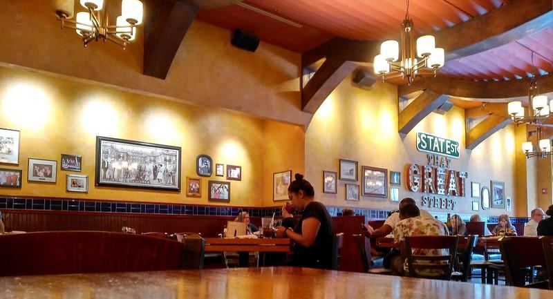 Chicago, USA | Pizzería Lou Malnati | Comedor