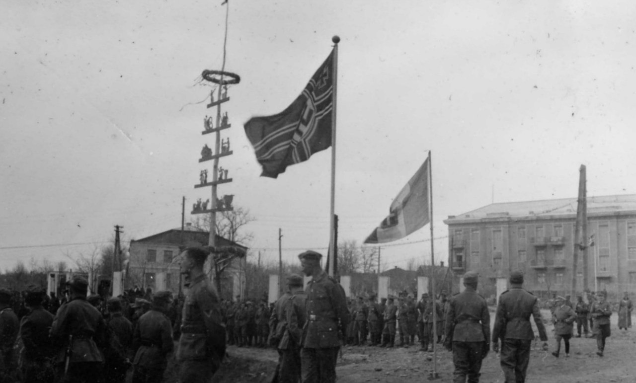 1942. Немецкие солдаты на майских праздниках в оккупированном городе Чистяково Сталинской области