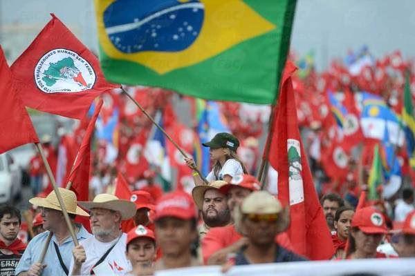 """En marcha histórica, los sin tierra prometen hacer un """"cerco popular"""" en Brasilia"""