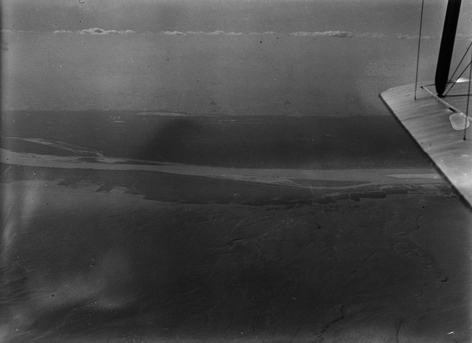 Египет. Перелет над долиной Нила около Каира. На заднем плане две пирамиды