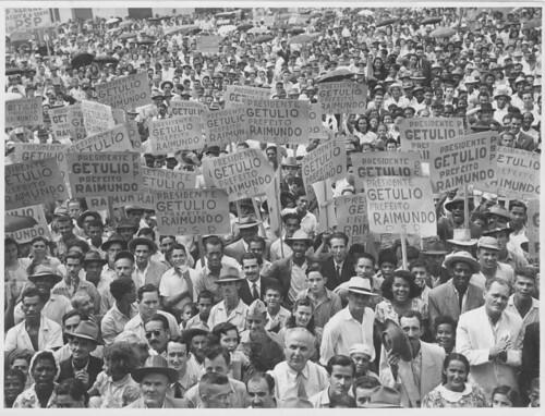 População com cartazes em apoio a Getúlio Vargas