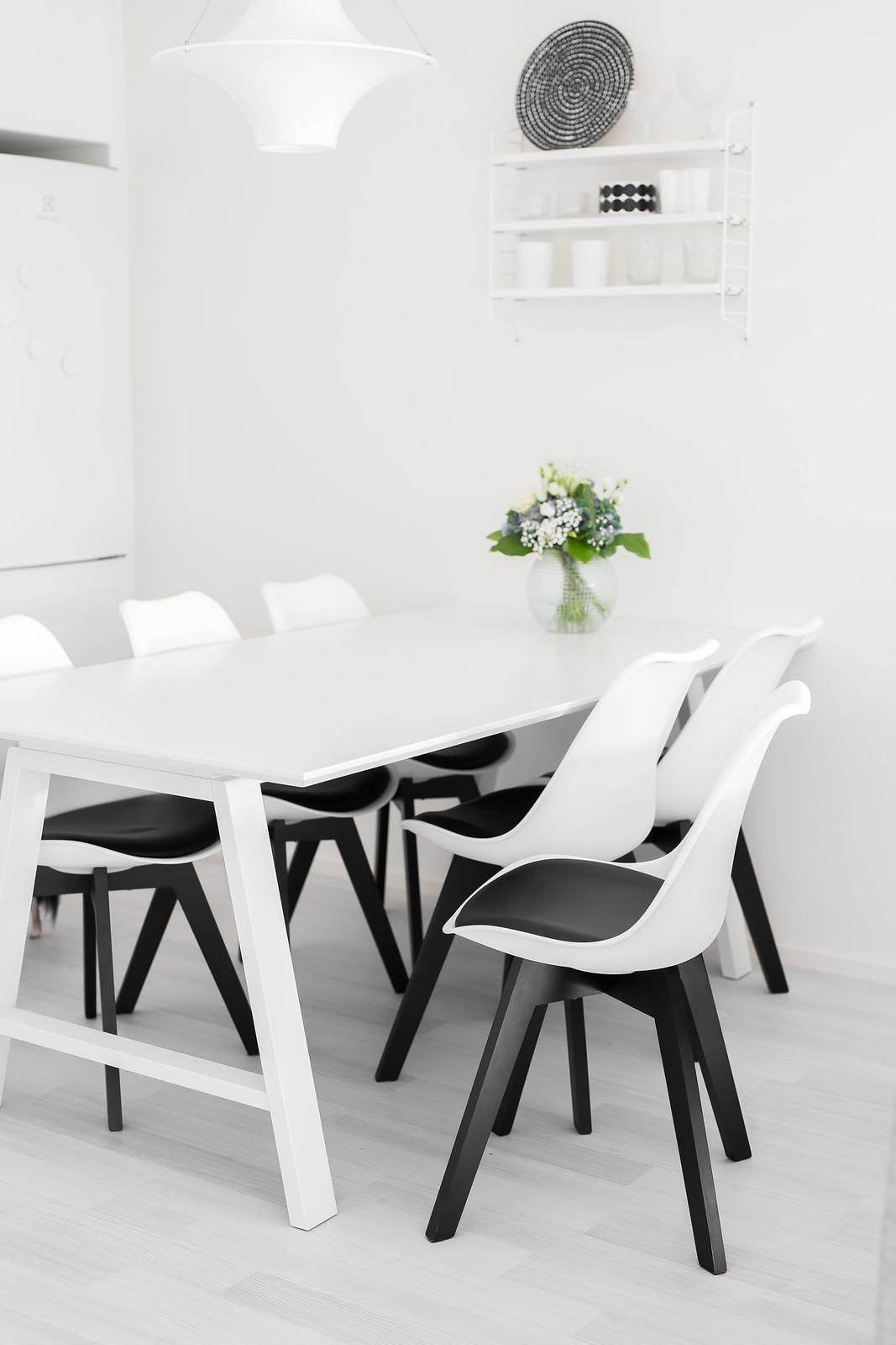 mustavalkoiset tuolit