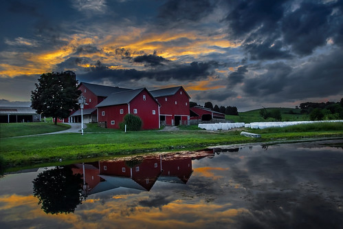 farm buildings barns redsheds usa ohio berlin amish countryside rural pond lake reflection evening sunset alanhopps canon 80d sigma 1770mm landscape sky glow sundown summer radbarns traditional familyfarm pretty picturesque colourful farmscene quintessential agriculture isolated tranquil quiet peaceful walnutcreek