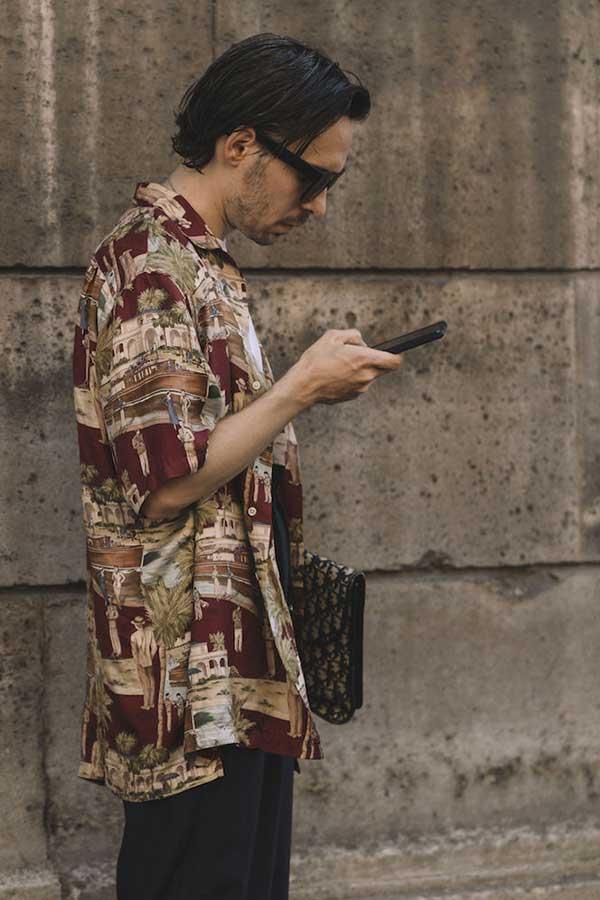 エンジ系半袖柄シャツ×チャコールグレーパンツ