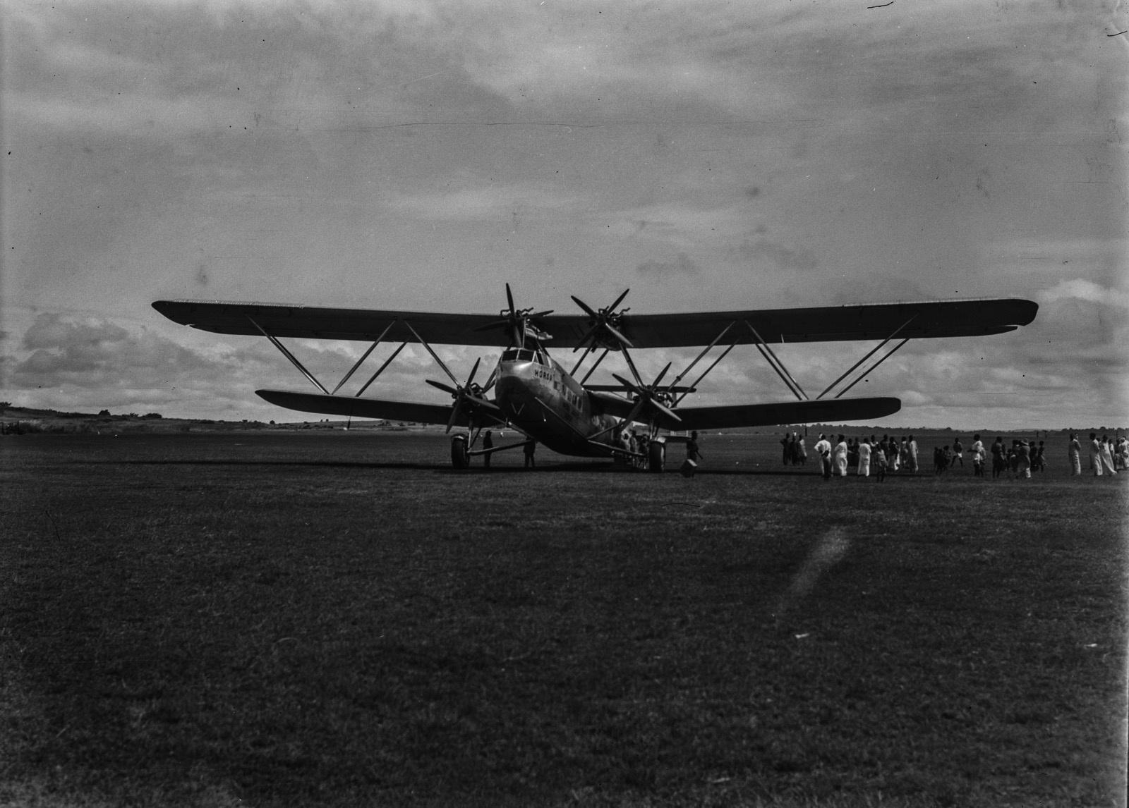 Озеро Виктория. Английский авиалайнер на аэродроме
