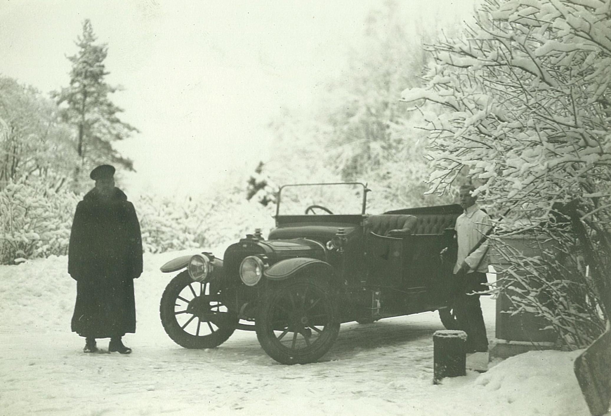 Автомобиль Всеволожских бельгийской марки «Пип» перед главным фасадом усадебного дома в Рябово