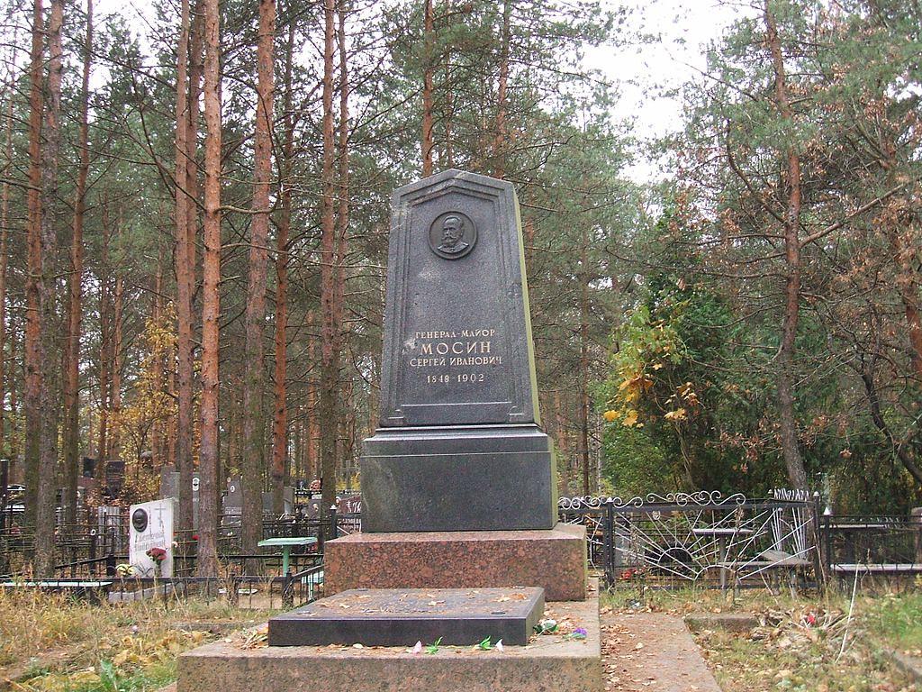 1024px-Надгробие_могилы_С.И.Мосина