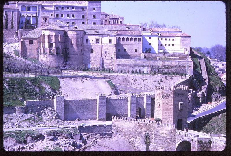 Puente y Puerta de Alcántara en Toledo en abril de 1963. Película Kodachrome. Donación de la familia Burgos.
