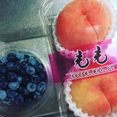 supermarket finds❤︎nagano blueberries & fukushima peaches ・ ・ ・ #blueberry #nagano #peaches #fukushima #japan #buyjapan #ブルーベリー #長野産 #桃 #福島産