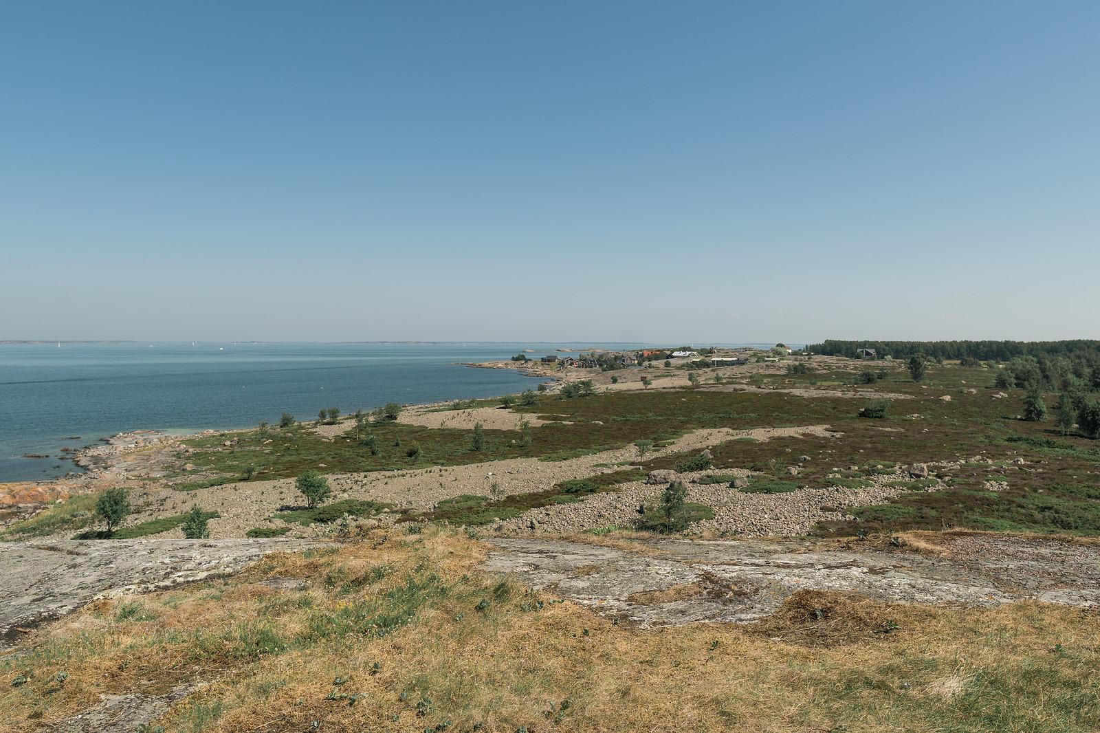 Saaresta suurin osa on matalaa kasvillisuutta ja kivikkoa