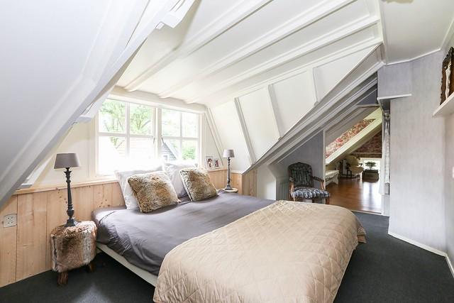 Badkamer onder schuin dak landelijke stijl
