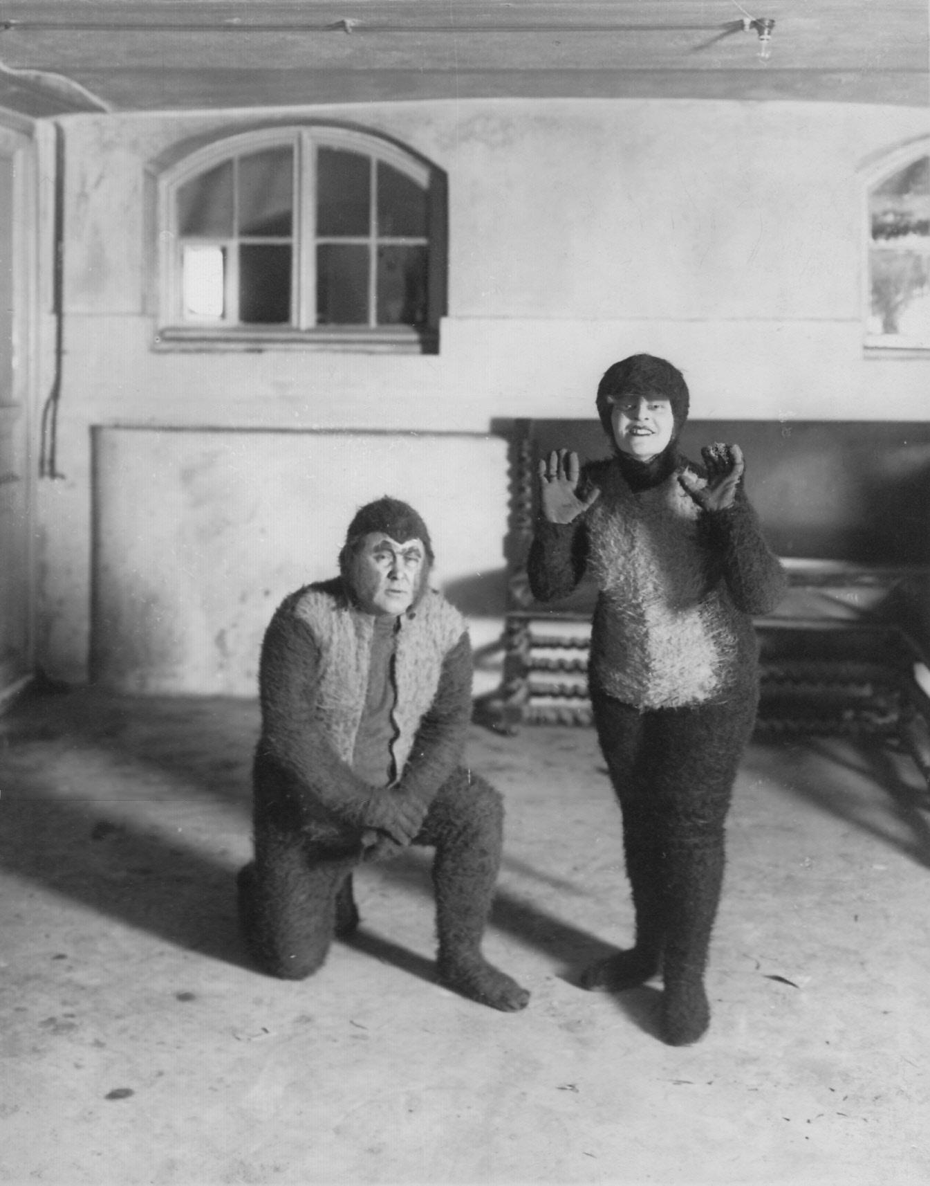 1908. Спектакль «Любовь в веках» по миниатюре Н. А. Тэффи. Сцена - любовь обезьян