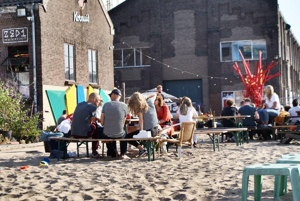 Ambiance bar de plage avec du sable fin sous les pieds au Roest à Amsterdam.