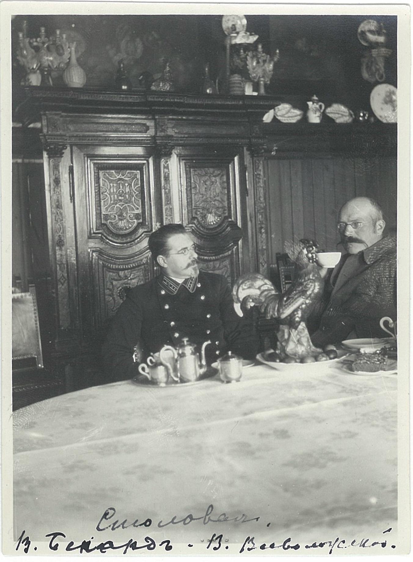 В.Бернард и В.П. Всеволожский за пасхальным столом в столовой усадебного дома в Рябово