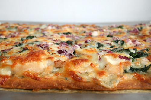 50 - Roasted garlic chicken spinach pizza - Finished baking - CloseUp / Pizza mit geröstetem Knoblauch, Hähnchen & Spinat - Fertig gebacken - CloseUp