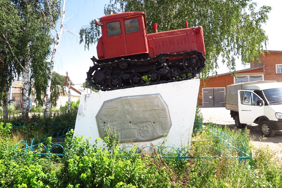 Памятник трактору Т-74 в Малмыже 01