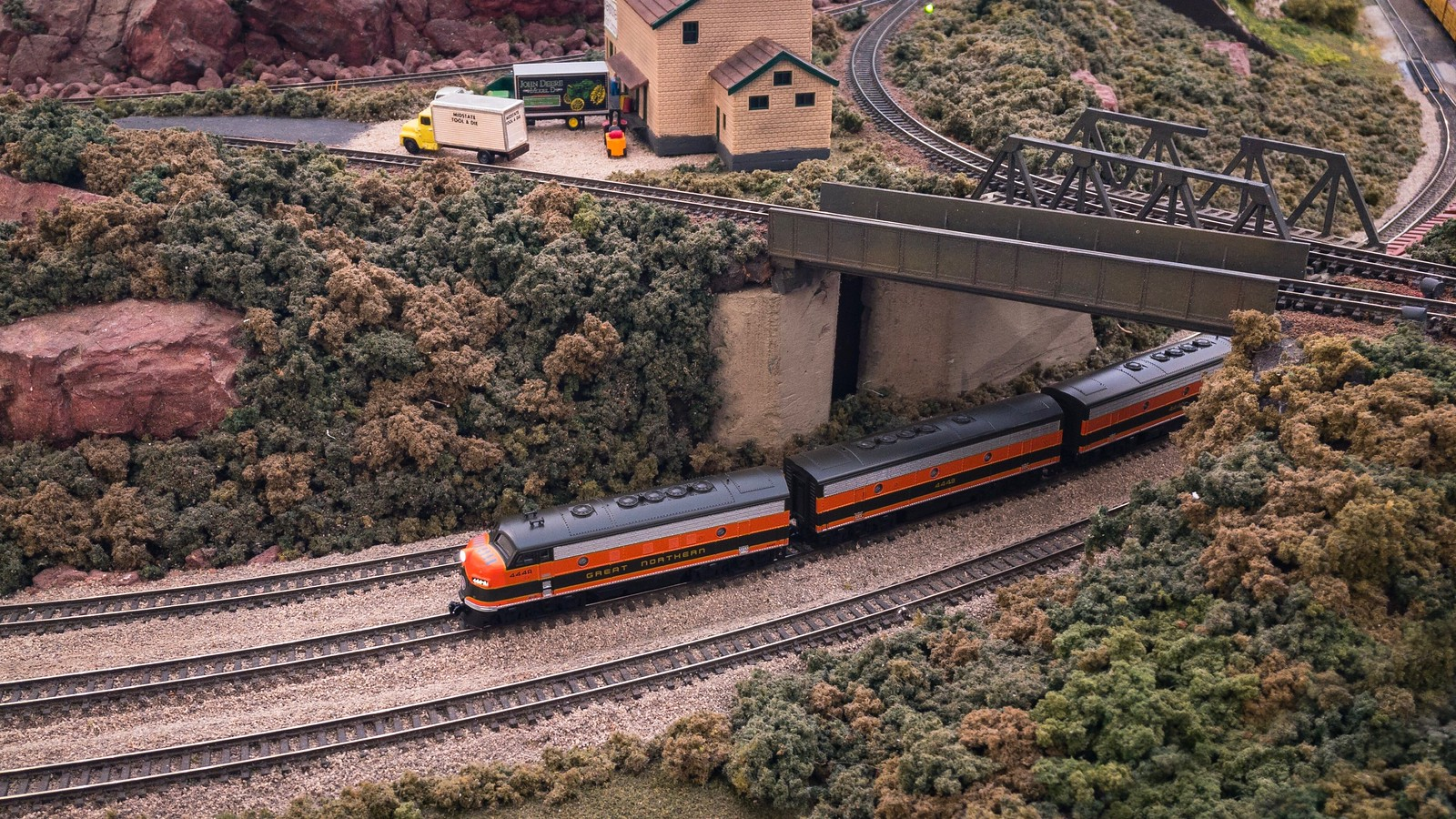 Great Northern 444 rolls through Red Rock Junction