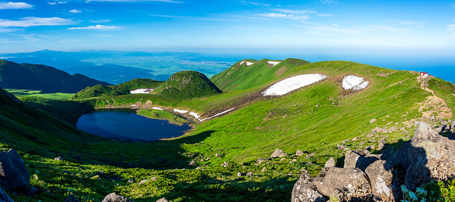 鳥海湖・御浜と日本海、庄内平野、月山