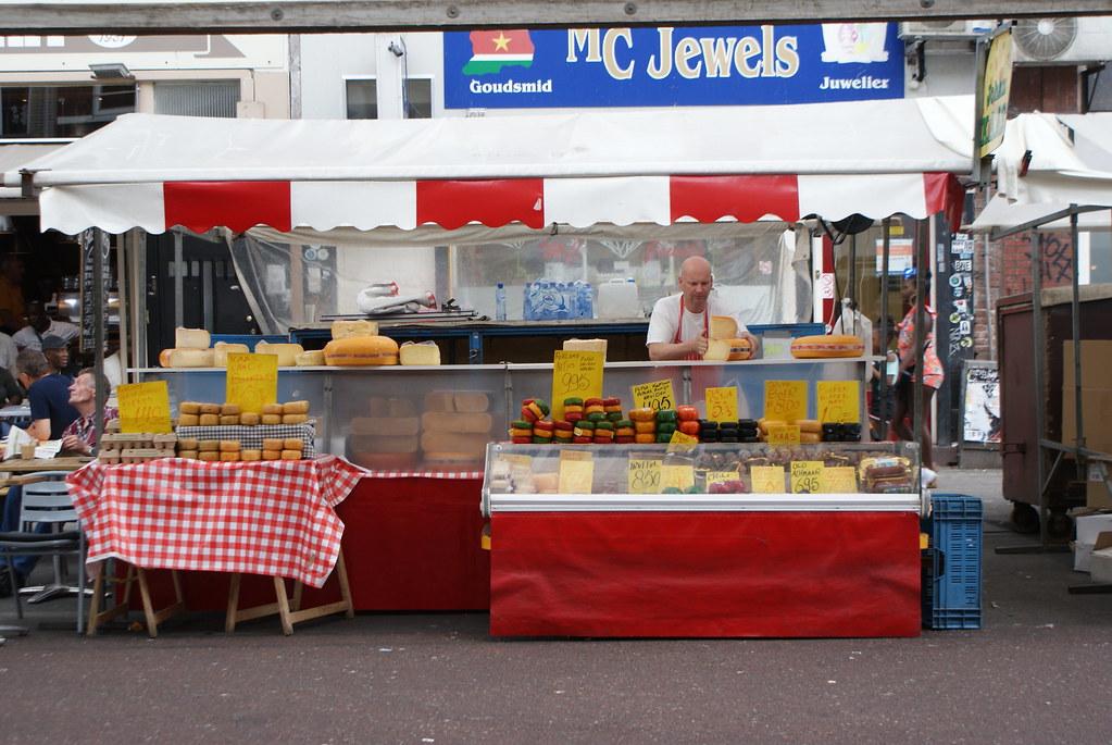 Fromager sur le marché Cuypmarkt d'Amsterdam.